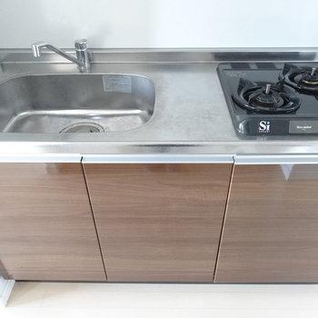 キッチンはシンプルですがシンク広め。調理スペースがちょっと狭いか・・(※写真は11階の同間取り別部屋、モデルルームのものです)