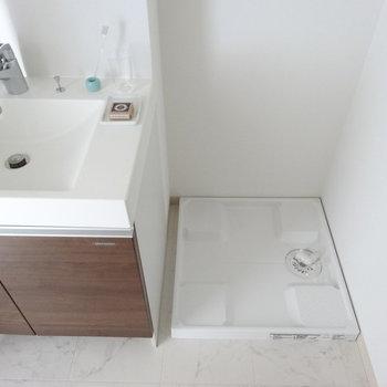 洗面台のとなりに洗濯機ですね。(※写真は11階の同間取り別部屋、モデルルームのものです)