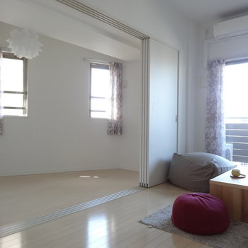 洋室には小窓が2つ。(※写真は11階の同間取り別部屋、モデルルームのものです)