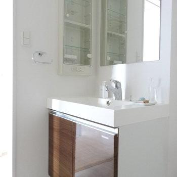 洗面台はキッチンとおそろいのデザイン。(※写真は11階の同間取り別部屋、モデルルームのものです)