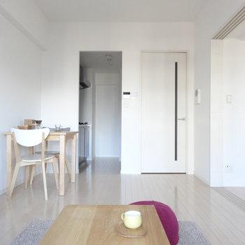 ベランダ側から見ると・・。左奥はキッチンです。(※写真は11階の同間取り別部屋、モデルルームのものです)