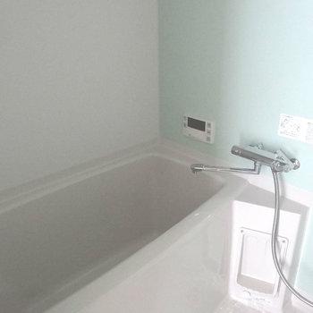 ミントグリーンの壁がさわやかなお風呂。追い焚き&浴室乾燥暖房付き!(※写真は11階の同間取り別部屋、モデルルームのものです)