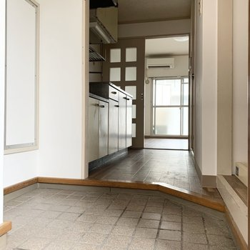 玄関はゆったりしているのでシューズラックが置けそう。※同間取りの5階別部屋、クリーニング・通電前の写真です