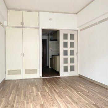味わい深い引き戸をあけて廊下にあるキッチンへと。※同間取りの5階別部屋、クリーニング・通電前の写真です