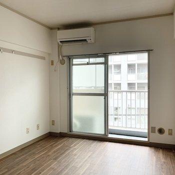ラフな木目調のフロアタイルがいい感じ。※同間取りの5階別部屋、クリーニング・通電前の写真です