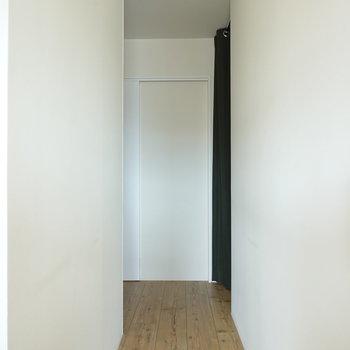 サニタリールームへの廊下。