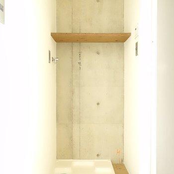 洗濯機置き場はお風呂の入り口そばにあります。