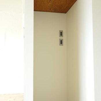 キッチン横には開けっ広げな収納があります。