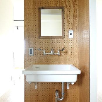 洗面台には有孔ボードの壁が!