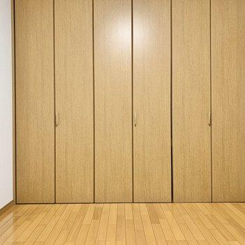【洋室】壁一面は収納に