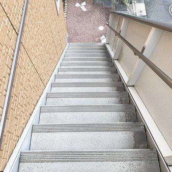 階段は荷物を持ちながらも歩ける十分な幅がありましたよ。