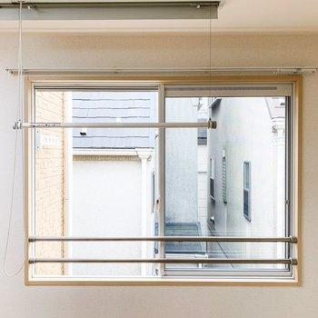窓の手前には天井直付けの選択物干しが......!ロープを引くと出し入れができます。