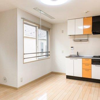 キッチン横には南向きの窓があり、明るい光が差し込みます。