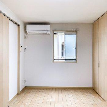 キッチンの向かい側にも小さな窓がこんにちは。