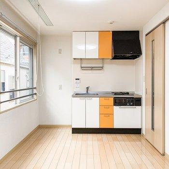 オレンジをひと搾りしたような差し色が素敵なキッチンです。
