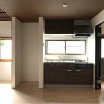 冷蔵庫はキッチンの左手