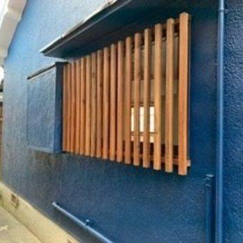 木材の目隠しが紺色と合ってますね〜