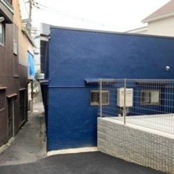 藍色とでも言うような外壁の色がオシャレですね〜