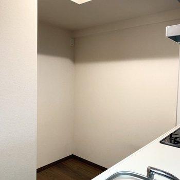 背後には冷蔵庫もキッチン収納もしっかり収まるスペースも確保されています。※クリーニング前の写真です