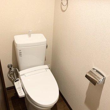 おトイレは洗濯機置場のお向かい、玄関のお隣。※クリーニング前の写真です