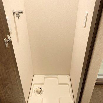 洗濯機置場は扉の中に。※クリーニング前の写真です