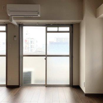 窓が3つもあって明るいお部屋。※クリーニング前の写真です