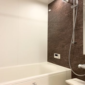 お風呂も豪華!追焚き、浴室乾燥機付きで浴槽も広々。※クリーニング前の写真です