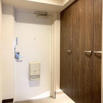 最後に玄関。間接照明が大人の雰囲気。※クリーニング前の写真です