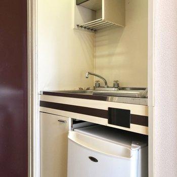 ミニ冷蔵庫付きのミニキッチンです。