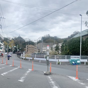お部屋近くに駅行きのバス停があります