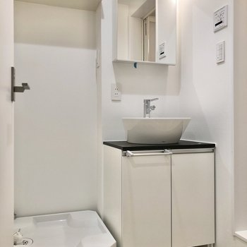 サニタリールームも白が基調になっていて明るいですね。