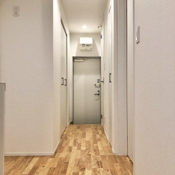 洋室を出て、キッチンから玄関に向かっていくと……