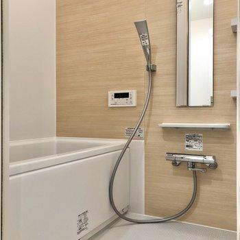 お隣には浴室乾燥機付きのお風呂があります。