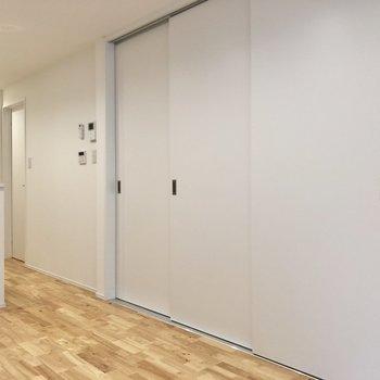 【LDK】大きな引き戸は洋室に繋がっています。