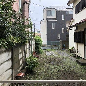 窓からは住宅が見えます。人通りはありませんでした。