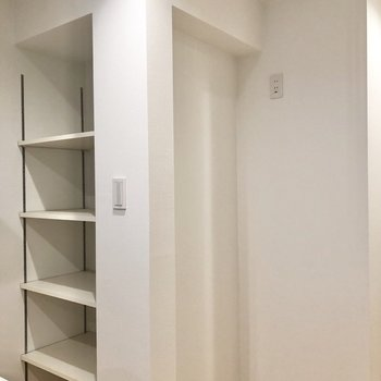 【LDK】キッチンの正面には食器棚として使えそうな収納と冷蔵庫置場があります。