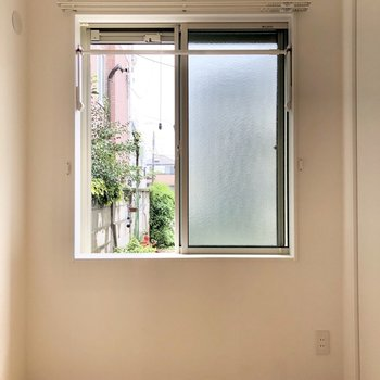 【洋室】窓には物干し竿が設置されていますよ。
