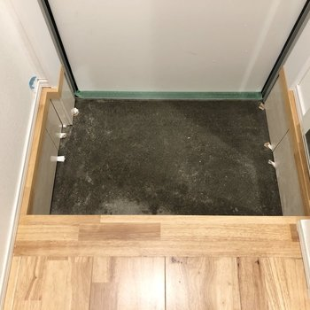 玄関スペースは1段下がったところにあるので、腰掛けながら靴の脱ぎ履きができますね。