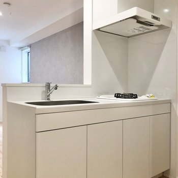 【LDK】先にキッチンを見てみましょう。清潔感のある白で統一されています。