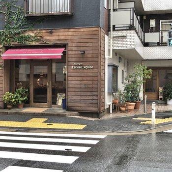 さらに、オシャレなカフェとパン屋さんもあります。通っちゃいそう〜。