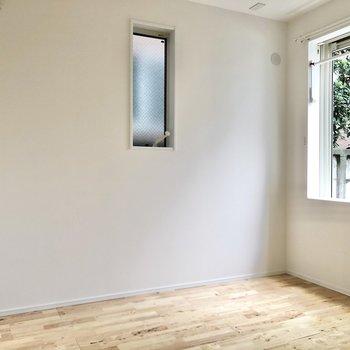 【洋室】窓が2つあって、空気の入れ替えも簡単にできますね。