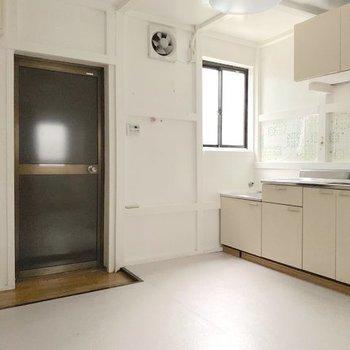 キッチン横の小窓が明るいですね。※ 写真は通電前のものです