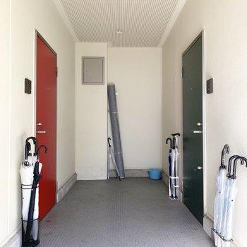玄関扉の色がそれぞれ違っていて、かわいい共用部を演出しています。