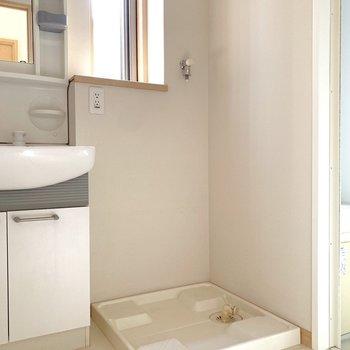 隣が洗濯機置き場です。窓手前に洗剤が置けるかな。