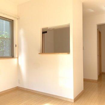 四角く穴が空いたキッチンが特徴的です。