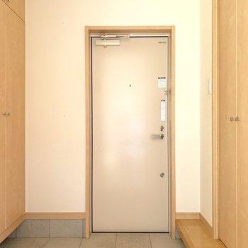 玄関左がシューズボックス。右側が収納です。