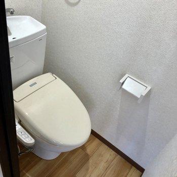 トイレは嬉しいウォシュレット付き。(※写真は清掃前のものです)