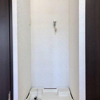 洗濯機置場も室内にあります。(※写真は清掃前のものです)