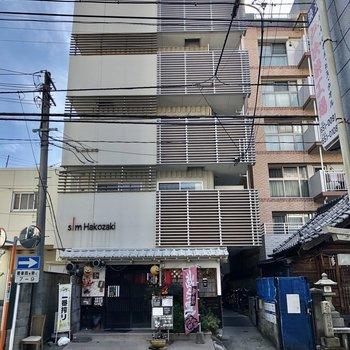 1階に飲食店が入ったスリムマンション。