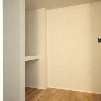 階段をあがった目の前の収納。大きめのものも置けます。